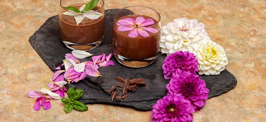 Mousse crémeuse au chocolat et dahlias