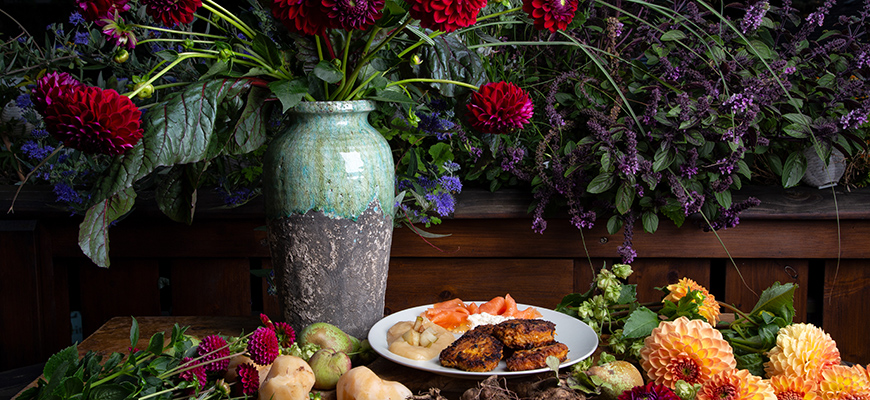 Röstis de patate douce et dahlia poêlés avec un plat d'accompagnement salé ou sucré