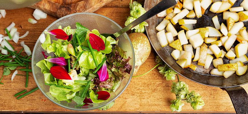 Salade colorée aux fleurs de dahlias