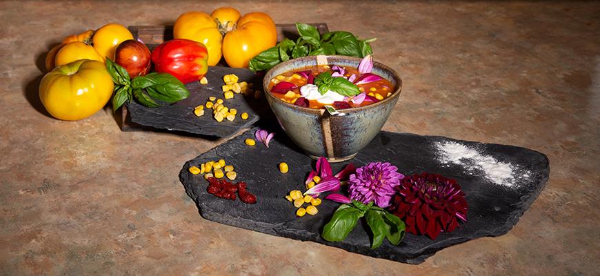 Soupe fruitée de tomates au maïs et aux fleurs de dahlias